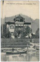 """Sommergast im Ruderboot bei der Villa """"Heinrich"""" in Pertisau, Gemeinde Eben am Achensee. Lichtdruck 9 x 14 cm; Impressum: Photograph Puscher, Freudenthal.  Inv.-Nr. vu914ld00010"""