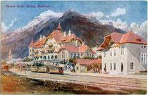 """""""Grand Hotel Stubai"""" in Fulpmes, errichtet 1904 im Heimatstil an der Endstation der Stubaitalbahn. Farbautotypie 9 x 14 cm nach Original eines anonymen Künstlers. Impressum: Deutsche Buchdruckerei GesmbH, Innsbruck um 1910.  Inv.-Nr. vu914fat00029"""