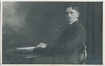"""""""Erinnerung an Sebastian Ebner - Nals 1./9. 1921"""" – Musikerportrait eines Zitherspielers. Gelatinesilberabzug 9 x 14 cm; Impressum: H(ans). Walsa, Bozen.  Inv.-Nr. vu914gs00835"""