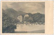 """Schulkinder im Hofbereich vom Gasthof """"Riese Haymon"""" (eigentich: Palais Augenweydstein) um 1930. Gelatinesilberabzug, kein Impressum.  Inv.-Nr. vu914gs00048"""
