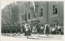 Schützenkompanie Sillian, Bezirk Lienz, Tirol bei einem Schützenfest in einem nicht bezeichneten Ort im Jahr 1955. Gelatinesilberabzug 9 x 14 cm ohne Impressum (wohl Amateuraufnahme).  Inv.-Nr. vu914gs01155