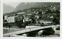 Universitätsbrücke und Höttingerau mit der Hauptschule von Architekt Franz Baumann in Hötting, Fürstenweg 13. Gelatinesilberabzug 9x14cm, kein Impressum um 1930.  Inv.-Nr. vu914gs00245