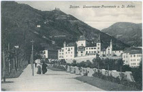 Wassermauerpromenade und Ansitz KLEBENSTEIN in der ehemaligen Malgrei St. Peter. Lichtdruck 9x14cm; J(osef). Gugler, Bozen 1906.  Inv.-Nr. vu914ld00108