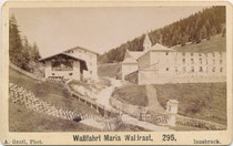 Wallfahrtskloster Maria Waldrast des Servitenordens und mit Schrägezaun eingefriedete Wiese in Mühlbachl, Bzk. Innsbruck-Land. Albuminabzug auf Untersatzkarton 6,8 x 10,6 cm (Visit-Format); A(nton). Gratl, Innsbruck um 1875.  Inv.-Nr. VIS-00272