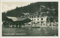 """Altbau vom Hotel """"Scholastika"""" mit Strandcafé und Schiffsanleger am Ostufer vom Achensee, Gde. Achenkirch, Bzk. Schwaz, Tirol. Gelatinesilberabzug 9 x 14 cm; Impressum: C(lemens). Lindpaintner, Innsbruck um 1920.  Inv.-Nr. vu914gs00230"""
