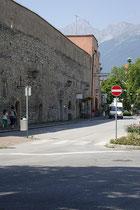 Restaurierter Abschnitt der Stadtmauer am Stadtgraben gegenüber dem Veranstaltungszentrum Kurhaus (ehemaliges Kurmittelhaus) in Hall in Tirol, Bezirk Innsbruck-Land von Osten. Digitalphoto; © Johann G. Mairhofer 2013.  Inv.-Nr. 1DSC07248