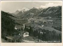 Hinterthiersee, Gde. Thiersee, Bzk. Kufstein, Tirol an der L30 Hinterthierseestraße mit Hinterem Sonnwendjoch (1.986m) im Mangfallgebirge der Bayer. Voralpen. Gelatinesilberabzug 10 x 15 cm; Ludwig V. Kreil, Thiersee um 1940.  Inv.-Nr. vu105gs00092