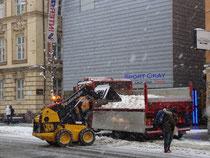 """Schneeräumung beim """"Sporthaus Okay"""" in Innsbruck-Innere Stadt, Maria-Theresien-Straße 47. Digitalphoto; © Johann G. Mairhofer 2011.  Inv.-Nr. 1DSC02534"""