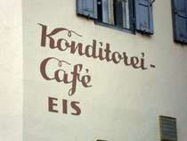 Typographie der späten 50er Jahre an der Fassade zur Malinggasse vom Haus Haggenmüller, Konditorei - Cafè - Eisdiele. Digitalphoto; © Johann G. Mairhofer 2015.  Inv.-Nr. 2DSC02746
