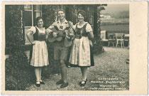 Gesangstrio Geschwister Buchberger (Käthe 1904-1998, Martin 1907-1945, Anny 1911-1980 jeweils in Wörgl geboren), seit Kindesjahren in Innsbruck-Hötting. Gelatinesilberabzug 9 x 14 cm; Paul Hagemeister, Seefeld in Tirol 1939.  Inv-Nr. vu914gs00547
