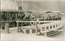 """MS """"Stadt Innsbruck"""" der Achensee-Schifffahrt festgemacht bei der Anlegestelle vom Hotel """"Scholastika"""" in Achenkirch bez.: """"August 1925"""". Gelatinesilberabzug 9 x 14 cm; Impressum: Julius WERNER, Achenkirch, Bezirk Schwaz, Tirol.  Inv.-Nr. vu914gs00018"""