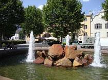 Kleine Parkanlage mit Springbrunnen (ehemals Doganaplatz) am Westende des Unteren Stadtplatzes in Hall. Digitalphoto; (c) Johann G. Mairhofer 2013.  Inv.-Nr.  DSC07325