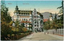 """Hotel """"Bristol"""" in der Laurinstraße (davor Bahnhofstraße) in Bozen. Im Areal links im Bild wurde 1910 das Hotel LAURIN errichtet. Farblichtdruck 9 x 14 cm; Impressum: Josef Gugler, Bozen 1909. Inv.-Nr. vu914fld00034"""