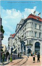 """Gleiskörper der Grieser Linie der Straßenbahn Bozen bei der Abzweigung von der Goethestraße (vorne) in die Defreggerstraße (hinten) mit dem """"Colonnadenhof"""". Photochromdruck 9 x 14 cm; Joh(ann). F(ilibert). Amonn, Bozen 1910.  Inv.-Nr. vu914pcd00095"""