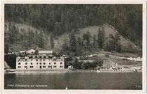 """Hotel und Gaststätte """"Scholastika"""" mit Strandcafé und Schiffsanleger am Ostufer vom Achensee, Bzk. Schwaz, Tirol. Gelatinesilberabzug 9 x 14 cm; Impressum: C(lemens). Lindpaintner, Innsbruck um 1930.  Inv.-Nr. vu914gs00230"""