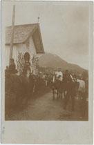 """""""Der Antlassritt bei Kirchberg"""" (handschriftl. bez.), Station bei der sogenannte Schwedenkapelle. Gelatinesilberabzug 9 x 14 cm; Impressum: Toni Kogler, Innsbruck um 1905.  Inv.-Nr. vu914gs00225"""