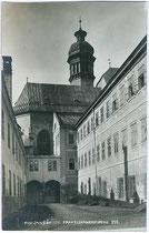 Franziskanerkirche (Hofkirche) und -kloster (ab 1929 Tiroler Volkskunstmuseum) in Innsbruck - Blick von der Angerzellgasse. Gelatinesilberabzug 9 x 14 cm; Impressum: Kunsthandlung Unterberger, Innsbruck um 1910.  Inv.-Nr. vu914gs00487