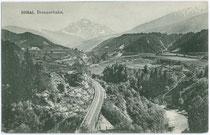 Brennerbahntrasse auf dem Gemeindegebiet von Patsch (links), in Bildmitte die Sill als Grenzfluss zur Gemeinde Natters und die Serles (2.717m). Lichtdruck 9x14cm; Becker & Kölblinger, München um 1905. Inv.-Nr. vu914ld00042