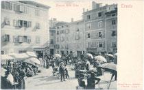 Marktbetrieb auf der ehem. Piazza delle Erbe (dt. Obstplatz), heute Piazza Trento e Trieste. Lichtdruck 9 x 14 cm; Impressuzm: Stengel & Co., Dresden und Berlin um 1900.  Inv.-Nr. vu914ld00023