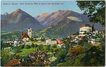 Schenna mit Pfarrkirche Mariä Himmelfahrt und Friedhofskapelle St. Martin von Südosten. Photochromdruck 9 x 14 cm; Impressum: Lor(enz). Fränzl, Bozen um 1910.  Inv.-Nr. vu914pcd00248