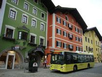 """Regiobus der Marke SCANIA im Liniendienst der Verkehrsverbund Tirol GesmbH an der Haltestelle Vorderstadt beim Hotel """"Strasshofer"""" in Kitzbühel. Digitalphoto; © Johann G. Mairhofer 2015.  Inv.-Nr. 2DSC03043"""