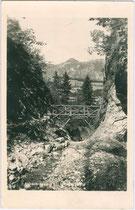 Die Aubachklamm im Westen von Wörgl. Gelatinesilberabzug 9 x 14 cm; Impressum: Atelier Haselberger, Wörgl; postalisch gelaufen 1940.  Inv.-Nr. vu914gs00748