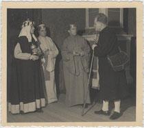 """""""Der Hirte zeigt den Königen den Weg - 1934/35"""" (handschriftl. bez.). Hirtenspiel in Bozen. Gelatinesilberabzug 9x11cm; Anonymus/-a.  Inv.-Nr. vu912gs00003"""
