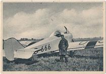 Pilot in zeitgenössischer Fliegerkleidung (u.a. Pelzstiefel und Ledermantel) vor offenem Ganzmetallflugzeug Junkers T 29, Bj. 1925 aus dem Junkers Flugzeugwerk, Dessau. Rastertiefdruck 10 x 15 cm ohne Impressum. Inv.-Nr. vu105rtd00008