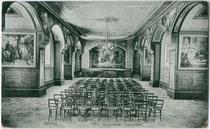Theatersaal im Gymnasium und Internat Vinzentinum in Zinggen, Brennerstraße 37, Stadt Brixen. Lichtdruck 9 x 14 cm; Impressum: Rud(olf). Largajolli, Brixen 1920.  Inv.-Nr. vu914ld00198