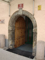 Portal vom LODRON'scher Hof (ehemals auch Pradler Bauerntheater) in Pradl, Egerdachstraße 11 von Südwesten. Digitalphoto; © Johann G. Mairhofer 2013.  Inv.-Nr. DSC06204