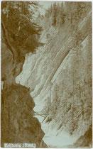 Die Brandenberger Ache im Bereich der Kaiserklamm oberhalb vom Forsthaus KAISERHAUS in Brandenberg, Bezirk Kufstein, Tirol. Gelatinesilberabzug 9 x 14 cm; Impressum: Rob(ert). Armütter, Rattenberg um 1905.  Inv.-Nr. vu914gs00573a