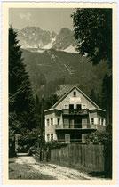 "Pension ""Helene"", Besitzer: Plattner's Erben, Helene Klocker in Hötting, Hungerbur(weg 44. Gelatinesilberabzug 9 x 14 cm; Impressum: FWS (?) Innsbruck um 1940.  Inv.-Nr. vu914gs00231"