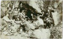 Wandergruppe einer alpinen Gesellschaft aus Hall in Tirol bei einer Stärkung während einer Bergtour in felsigem Gelände. Gelatinesilberabzug 9 x 14 cm; ohne Impressum, um 1905.  Inv.-Nr. vu914gs00725