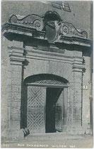 Hauptportal des Ansitz Augenweydstein, erbaut von den Grafen Lodron. Gelatinesilberabzug 9 x 14 cm; Impressum: A(lfred). Stockhammer, Hall in Tirol 1909.  Inv.-Nr. vu914gs00500