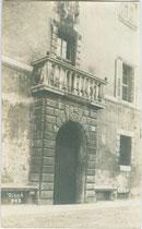 Portal des Palazzo Roccabruna in Trento (Trient), via SS. Trinità 24 aus 1562, darin heute Camera di Commercio Industria Artigianato e Agricoltura. Gelatinesilberabzug 9 x 14 cm; Impressum: G(eorg). Angerer, Schwaz 1912.  Inv.-Nr. vu914gs01112