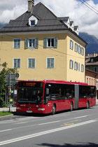 """Mercedes-Benz """"Citaro"""" Gelenkbus der Innsbrucker Verkehrsbetriebe beim Pradler Pfarrkindergarten, Reichenauer Straße 15. Digitalphoto; © Johann G. Mairhofer 2012.  Inv.-Nr. 1DSC03969"""