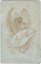 Bedruckte Rückseite von Inv.-Nr. vuCAB-00248 mit photographischer Kamera und Malerpalette wohl als Hinweis auf Beschäftigung des Bildautors in beiden Metiers