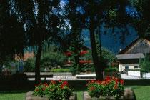 Park im Dorfzentrum von Mitterolang; im Hintergrund der Hof HUBER. Farbdiapositiv 24x36mm; © Johann G. Mairhofer 1998.  Inv-Nr. dc135kn0239.02_36