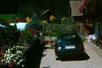 """Franz Wieland, langjähriger Mesner von Niederolang vor seinem Hof """"Zischtler"""" in Niederolang. Farbdiapositiv 24x36mm;© Johann G. Mairhofer 1998.  Inv-Nr. dc135kn0239.02_08"""
