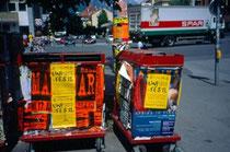 Ankündigungsplakate studentischer Feste u.dgl.m. an Altpapiercontainern aus Metall bei der Universitätsbibliothek am Innrain, Innsbruck. Farbdiapositiv 24x36mm; © Johann G. Mairhofer  um 1995.  Inv.-Nr. dc135ag409.3_37E