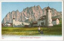 Kirche zur Hl. Dreifaltigkeit beim Castello de Zanna in Cortina d'Ampezzo, Fraktion Maion gegen Pomagnon. Photochromdruck 9 x 14 cm ohne Impressum, um 1900.  Inv.-Nr. vu914pcd00172