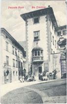 """Grand Caffè Ala"" im Palazzo Angelini an der Piazza Mosé in Ala (Vallagarina, Trentino). Lichtdruck 9 x 14 cm ohne Impressum, postalisch befördert 1907.  Inv.-Nr. vu914ld00026"