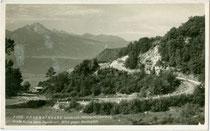 Große Kurve der Höhenstraße in Innsbruck von Hötting aus auf das Hungerburgplateau (eröffnet 1930) und die Nockspitze. Gelatinesilberabzug 9 x 14 cm; Impressum: F. G. J. (?), postalisch gelaufen 1935.  Inv.-Nr. vu914gs01102
