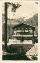 """Gasthof """"Kühle Rast"""", Gemeinde Gerlos, Bezirk Schwaz, Tirol an der Gerlosstraße (B 165). Gelatinesilberazug 9 x 14 cm; Impressum: K(arl). Dornach, Innsbruck, Salurner Straße; postalisch gelaufen 1942.  Inv.-Nr. vu914gs00745"""