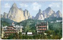 Hotel SALEGG in Seis am Schlern. Photochromdruck 9 x 14 cm; Impressum: Joh(ann). F(ilibert). Amonn, Bozen; postalisch gelaufen 1909.  Inv.-Nr. vu914pcd00130