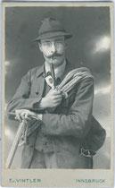 Junger Herr mit Bergseil und Eispickel im Photoatelier. Gelatinesilberabzug 6,5 x 10 cm (Visitformat). Impressum: E( ? ). v(on). VINTLER, Bürgerstraße 13, Innsbruck um 1900.  Inv.-Nr. vuVIS-00073