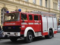 RLF (Rüstlöschfahrzeug) 2000/200 der Freiw(illigen). Feuerwehr Hötting bei einem Löscheinsatz in der Innenstadt, Fallmerayerstraße am 29.5.2011. Digitalphoto; © Johann G. Mairhofer.  Inv.-Nr. DSC01492
