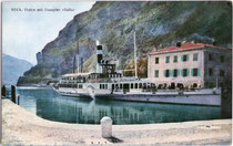 """Dampfschiff """"Italia"""" der Gardasee-Schifffahrt angelegt am Pier im Hafen von Riva (bis 1919 tirolisch, seither Riva del Garda, Provinz Trient) beim Zollamt der k.k. Finanzwache. Farbautoypie 9 x 14 cm ohne Impressum, um 1910.  Inv.-Nr. vu914fat00023"""