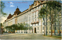 """K.u.k. Reichskriegsministerium in Wien I., Stubenring 1 (ab 1911 k.u.k. Kriegsministerium), heute als """"Regierungsgebäude"""" bezeichnet. Kombinationsfarbdruck 9 x 14 cm ohne Impressum, wohl vor 1911 herausgegeben worden.  Inv.-Nr. vu914kfd00040"""