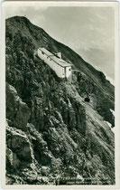 Bergstation der 2. Sektion (Seegrube-Hafelekar) der Nordkettenbahn der 1928 eröffneten Nordkettenbahn, ehem. Gde.Hötting (1938 nach Innsbruck eingemeindet). Gelatinesilberabzug 9 x 14 cm; Wilh. Stempfle, Innsbruck um 1935.  Inv.-Nr. vu914gs01104